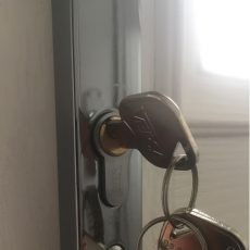 Anti snap door lock